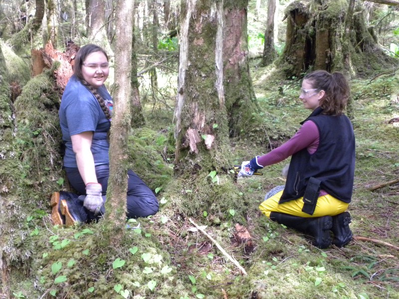 Ayla (left) and Lia setting up barbed wire for the sites.